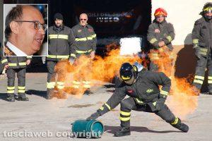 Viterbo - Una dimostrazione dei vigili del fuoco - Nel riquadro: il comandante Giuseppe Paduano