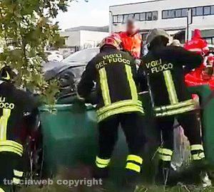 Viterbo - Incidente al Poggino - I vigili del fuoco in azione
