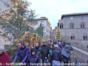Folla al Christmas village per il ponte dell'Immacolata