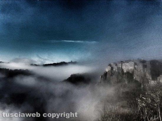 Calcata avvolta nella nebbia