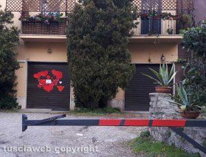 """Viterbo - I cuori """"solidali"""" sulla serranda della copisteria di Luca Fazi"""