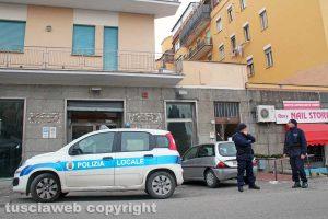 Viterbo - Via della Caserma - Il palazzo andato a fuoco piantonato dalla polizia locale