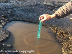 Viterbo - Buche profonde 13 centimetri e asfalto rovinato a largo dell'Università