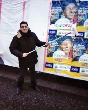 Giacomo Barelli alle prese coi manifesti elettorali