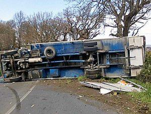 Camion si ribalta sulla via Flaminia