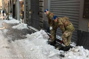 Neve a Viterbo - Militari al lavoro
