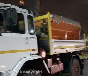 Viterbo - Neve - Camion spargisale pronto a partire