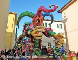 Civita Castellana - Carnevale 2018 - Sfilano carri e maschere