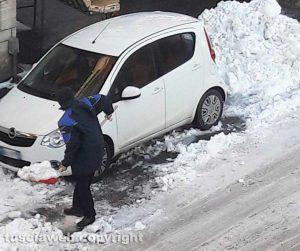Viterbo - Emergenza neve - Cittadini al lavoro in zona Murialdo