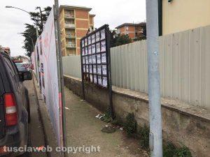 Viterbo - Via Villanova - Le plance elettorali coprono gli annunci funebri