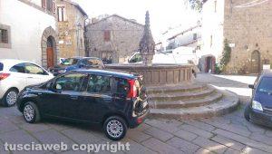 Viterbo - La fontana di Pianoscarano invasa dalle auto