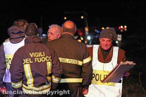Viterbo - Pulmino in fiamme sulla Tuscanese - L'intervento dei soccorritori
