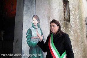 Bagnaia - Luisa Ciambella mostra la Pucciarella nel murales del sottopassaggio
