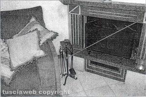 Delitto di Santa Lucia - Il salone dei coniugi Fieno - La freccia indica l'attizzatoio usato per uccidere Rosa Franceschini