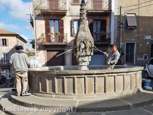 Viterbo - Operai al lavoro alla fontana di Pianoscarano