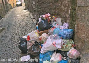 Viterbo - Immondizia in via della Parrocchia