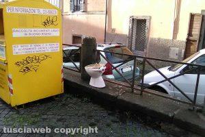 Viterbo - Il vaso sanitario a piazza Sant'Agostino