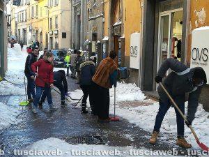 Viterbo - Emergenza neve - Commercianti al lavoro in via del Corso