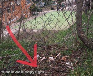 Viterbo - L'apertura nella recinzione della scuola Vanni