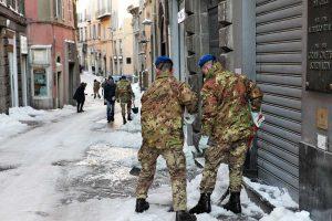 Viterbo - Neve - I militari dell'aviazione dell'esercito al lavoro