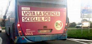 Il pullman Cotral con la pubblicità elettorale del Pd