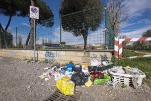 Viterbo - I rifiuti abbandonati in via Campo scolastico