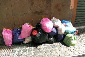 Viterbo - Cumuli di rifiuti in centro