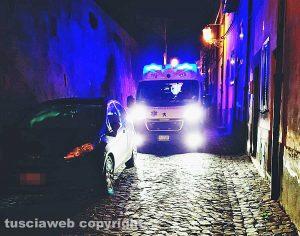 Tuscania - Ambulanza bloccata da auto in divieto di sosta in via del Ruscello