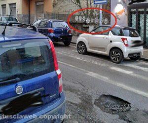 Viterbo - Buca e borchie saltate in via Vittorio Veneto