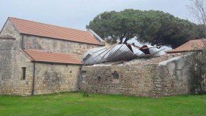 Tarquinia - Tetto scoperchiato vicino alla chiesa Regina della Pace