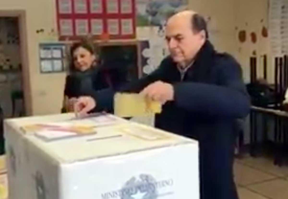 Elezioni, Bersani infila la scheda nell'urna e lascia il tagliando anti-frode
