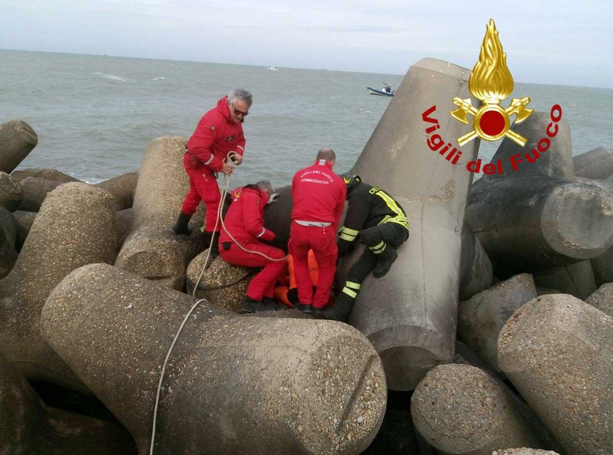 Fiumicino, pescatore muore in mare, il corpo recuperato dai Vigili del Fuoco