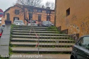 Viterbo - Transenne sui gradoni in via santa Maria in Volturno