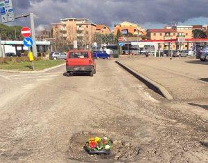Viterbo - I fiori messi un una delle buche della città