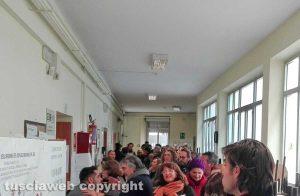 Elezioni - Viterbo - La fila al seggio della Pinzi in via Tommaso Carletti
