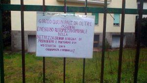 Viterbo - L'immondizia in via Col Moschin e il cartello