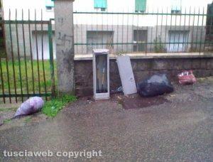 Viterbo - L'immondizia in via Col Moschin