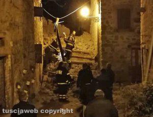 Paura a Chia - Crollo nel centro storico - L'intervento dei vigili del fuoco