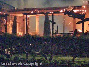 Capodimonte - Lo scheletro del ristorante in fiamme
