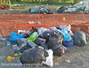 Viterbo - I rifiuti abbandonati nella zona artigianale Acqua rossa