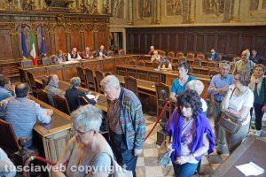 Viterbo - Turisti attraversano l'aula del Consiglio