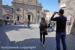 Viterbo - Turisti a piazza San Lorenzo