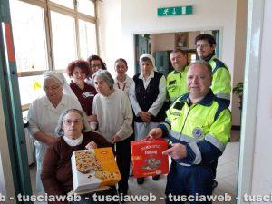Viterbo - I volontari della TusciaViterbo consegnano le colombe a Villa Rosa
