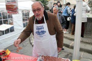 Viterbo - La colazione di Pasqua a Pianoscarano - Aldo Fabbrini serve i salumi
