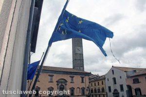 Viterbo - Le bandiere fuori palazzo dei Priori