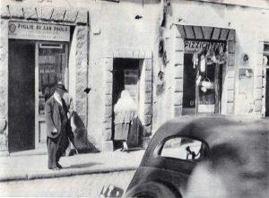 La mamma di Pisciotta mentre entra nella casa di via Cavour