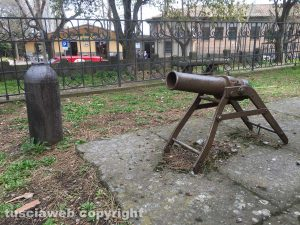 Soriano nel Cimino - Un reperto bellico di fronte al monumento ai caduti