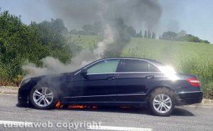 La Mercedes in fiamme sulla Cassia bis