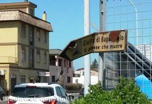 Viterbo - Il cartello per Civita di Bagnoregio danneggiato