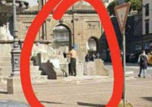 Viterbo - Piazza della Rocca - Uomo si lava e fa il bucato nella fontana